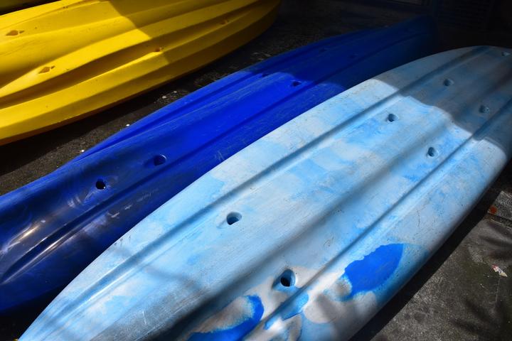 獨木舟底被惡意鑽洞。記者王思慧/攝影