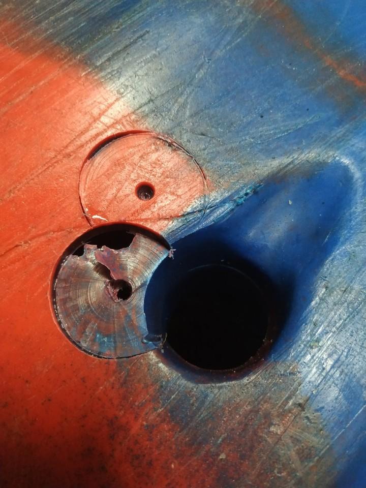 獨木舟底有明顯鑽洞痕跡。圖/獨木舟業者提供