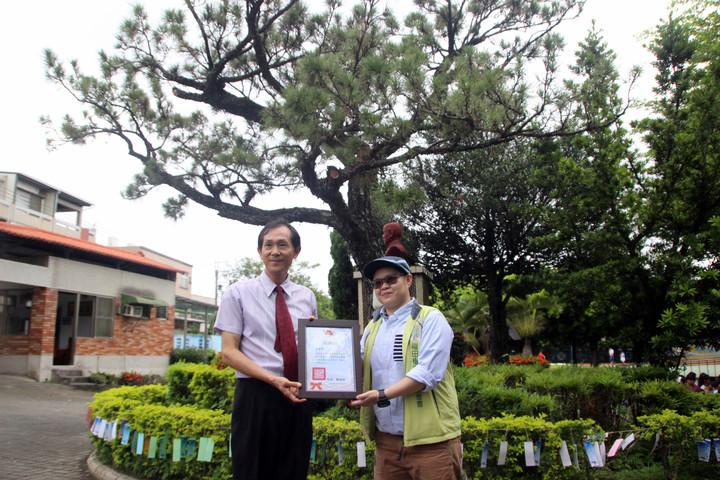 永興國小校長鄭錫禧今天頒發感謝狀給福田樹木保育基金會。記者林敬家/攝影
