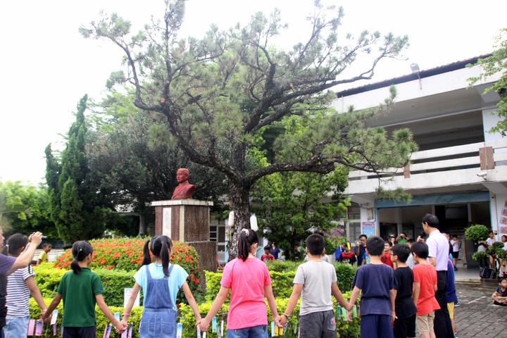 永興國小學生今天為老黑松祈福。記者林敬家/攝影