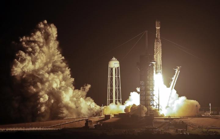 美國SpaceX公司的獵鷹重型運載火箭25日美國空軍委託的STP-2任務,將台灣「福衛七號」在內的24個衛星送上地球軌道,但「迄今最困難」的火箭主推進器回收任務以失敗收場。美聯社