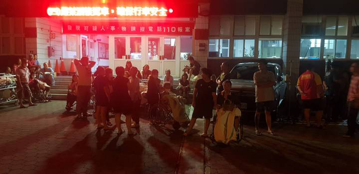 苗栗縣竹南鎮慈祐醫院凌晨零時許驚傳火警,院內病患緊急疏散到一旁的竹南警分局。圖/苗栗縣消防局提供