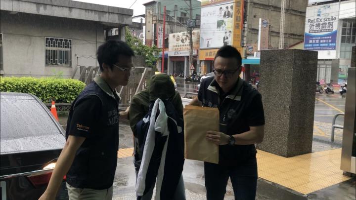 涉案劉姓巡佐(中)上午被帶到彰化地檢署。記者林敬家/攝影