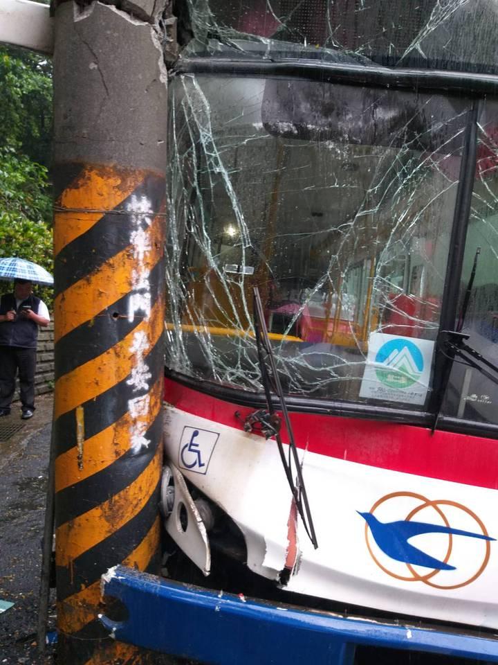 1輛基隆客運今天下午在基隆、新北萬里區交界附近衝撞路旁電線桿,造成16人受傷;被撞電桿上方還有「快樂出門,平安回家」噴漆文字。記者邱瑞杰/攝影