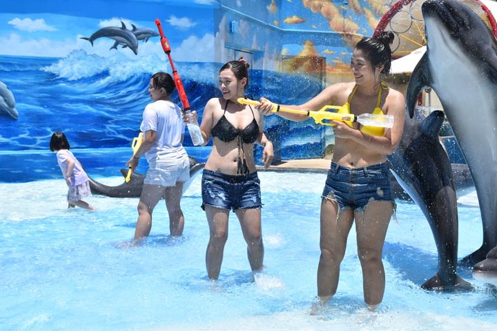 遠雄海洋公園暑假推出身穿比基尼入園半價優惠。記者王思慧/攝影
