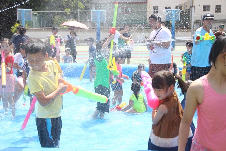 員林今天舉行潑水節活動,小朋友在水池裡感受清涼。記者林敬家/攝影