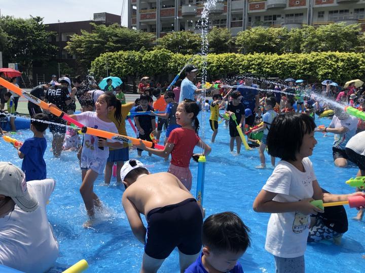員林市公所在員林國小舉行潑水節活動,大小朋友玩得不亦樂乎。記者林敬家/攝影