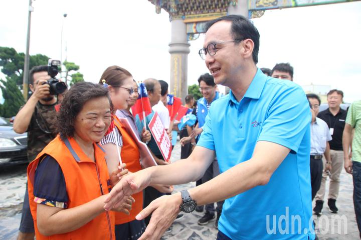 國民黨總統初選候選人朱立倫今天到彰化二林天人宮,受到鄉親支持。記者林敬家/攝影