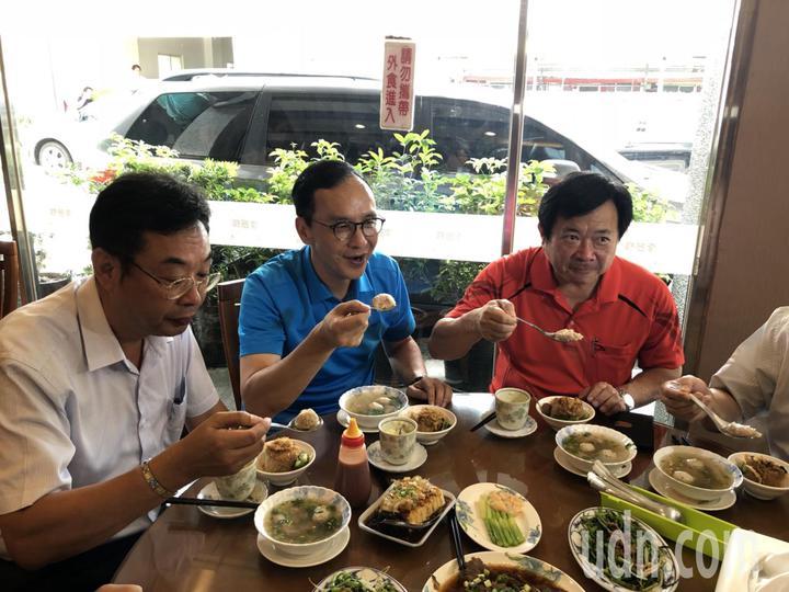 國民黨總統初選候選人朱立倫今天到彰化二林「李振輝食品」吃扁食。記者林敬家/攝影