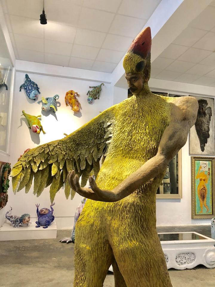 藝術家許自貴風格辨識度高,圖為「鳥人」。作品臉型樣貌也來自許自貴。記者何定照/攝影