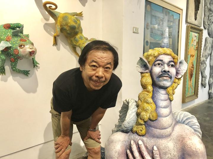 藝術家許自貴大量作品臉型都取自自己,藉以了解、剖析自我。記者何定照/攝影