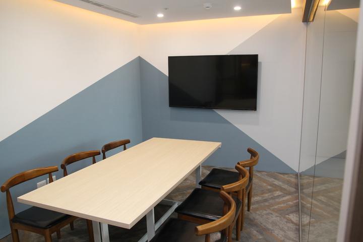 台中市星客匯公司看好大樓的商務需求,在42層的超高大樓裡設立共享空間,其中有不同大小會議室可使用。記者黃寅/攝影