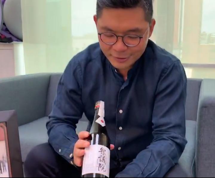 許毓仁參訪日本國會眾議院時,曾送眾議員竹本直一(Naokazu Takemoto)一瓶高粱酒,竹本也回贈他眾議院推出的純米吟釀。記者鄭媁/攝影