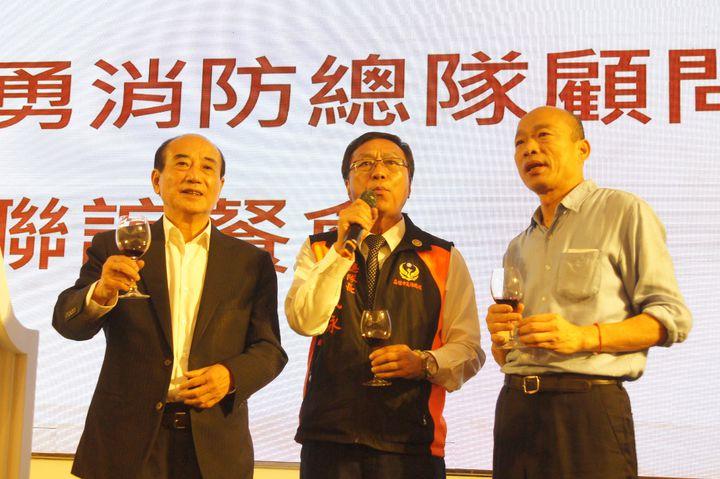 韓國瑜(右)與王金平(左)今晚參加高雄市義消餐會,同台向義消敬酒。記者林保光/攝影