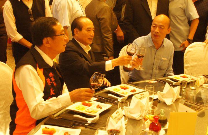 韓國瑜(中)與王金平(左)今晚參加高雄市義消餐會相互敬酒。記者林保光/攝影