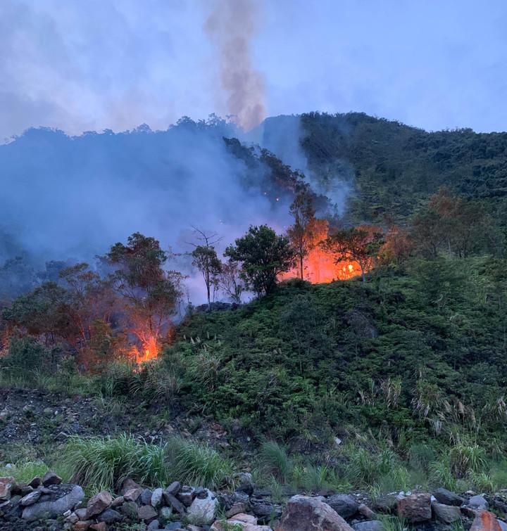 台7甲線14公里對面山坡崩塌地,今天傍晚火燒山,火勢猛烈,經3個多小時抽水滅火,今晚9點控制火勢。圖/宜蘭縣消防局提供