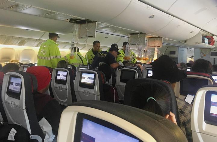 加拿大航空(Air Canada)一架客機11日在從溫哥華飛往澳洲雪梨的途中遇上「晴空亂流」,機上旅客形容當時機體突然往下沈,有乘客被拋到空中撞上天花板,約35人受傷。美聯社