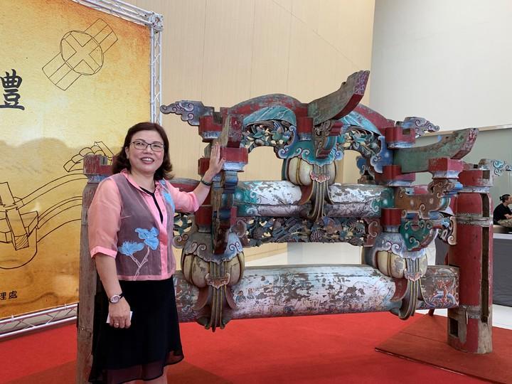 簡玉美代癌末父親捐贈傳統寺廟「二通三瓜」兩座木棟架文物給台南市政府。記者吳淑玲/攝影