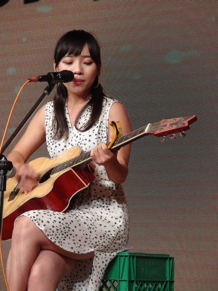 黃捷又彈又唱,還說這把當年3千元買的吉他曾陪伴她多年。記者謝梅芬/攝影