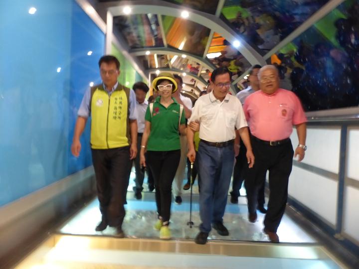 保外就醫的前總統陳水扁,今天上午到彰化縣彰濱工業區台灣玻璃博物館舉辦簽書會,並參觀館內展示。 記者劉明岩/攝影