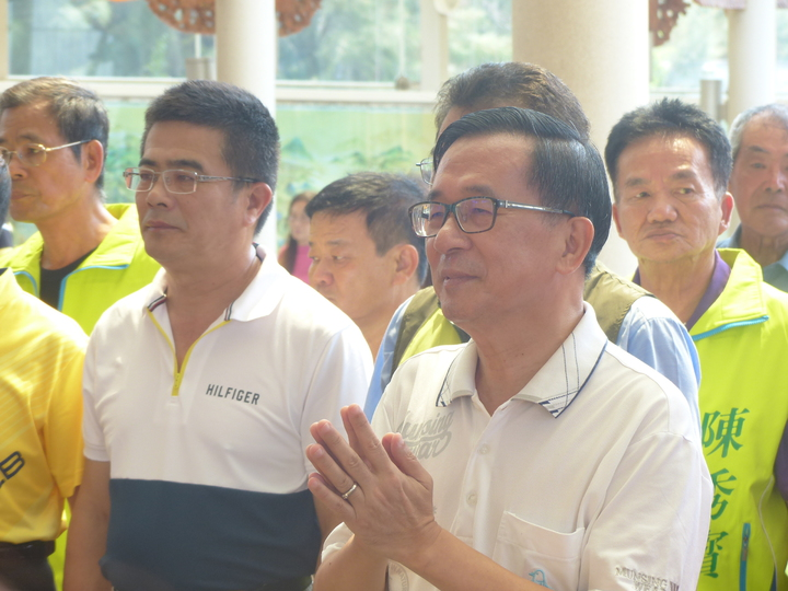 前總統陳水扁今天上午 到彰化縣彰濱工業區台灣玻璃博物館玻璃廟參拜。記者劉明岩/攝影