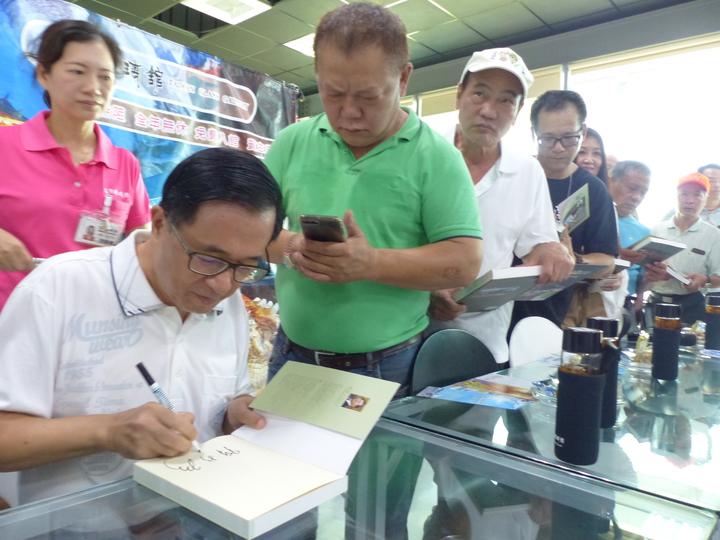 保外就醫的前總統陳水扁,今天上午到彰化縣彰濱工業區台灣玻璃博物館舉辦簽書會,受到熱情支持者相迎,300本由他著作的「堅持」被搶購一空。 記者劉明岩/攝影