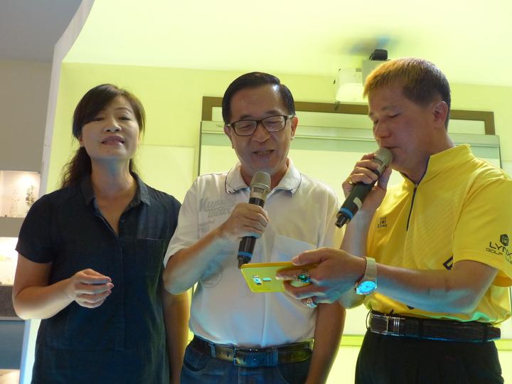 保外就醫的前總統陳水扁,今天上午到彰化縣彰濱工業區台灣玻璃博物館舉辦簽書會,還與友人高歌「雙人枕頭」,顯得格外開心。 記者劉明岩/攝影
