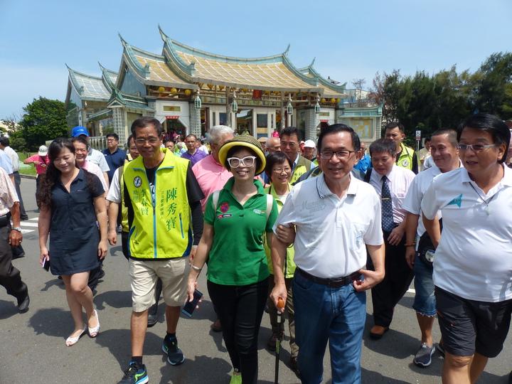 保外就醫的前總統陳水扁,今天上午到彰化縣彰濱工業區台灣玻璃博物館舉辦簽書會,受到熱情支持者相迎。 記者劉明岩/攝影