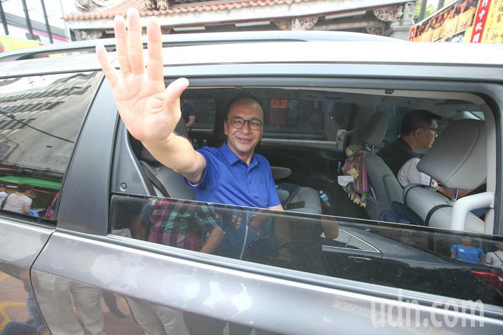 國民黨內總統初選參選人朱立倫今天參拜新莊慈祐宮,他表示他都是拚政績,不喊口號。記者葉信菉/攝影
