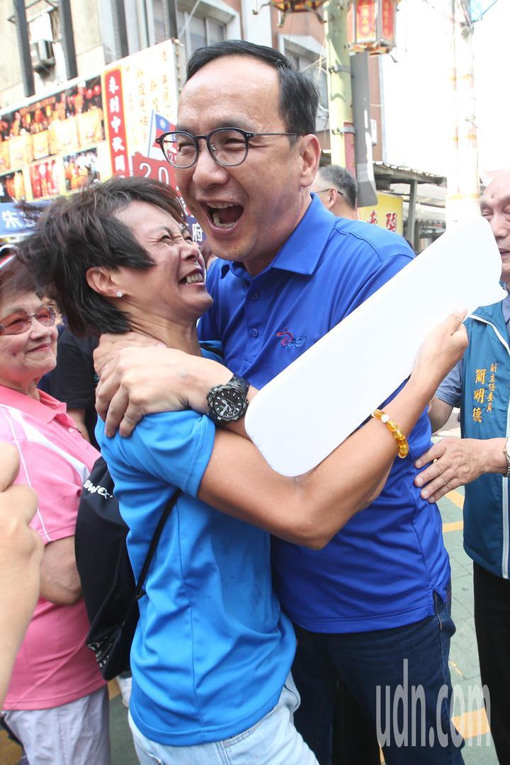 國民黨內總統初選參選人朱立倫今天參拜新莊慈祐宮,遇上支持者開心的上前與他擁抱。記者葉信菉/攝影