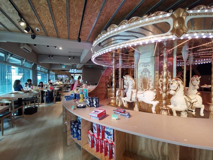 MONEYJUMP擁有遊樂園等級的旋轉木馬,大小朋友都可以搭乘,可說餐廳內最受歡迎的設施。記者韓化宇/攝影