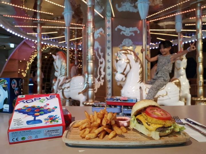 MONEYJUMP是全台灣唯一有旋轉木馬的親子餐廳,搭配不輸高檔飯店的餐點,讓大小朋友都能吃得、玩得盡興。記者韓化宇/攝影