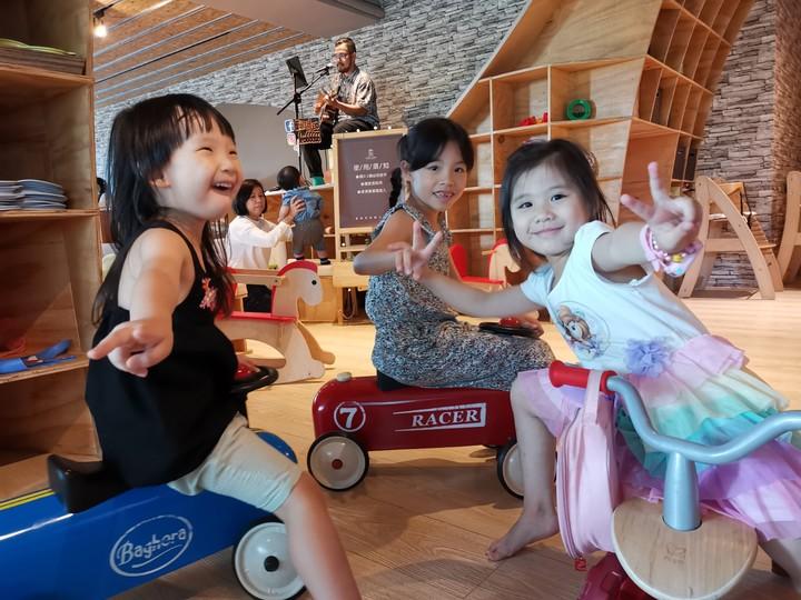 餐廳內有售價不斐的Baghera法國精品騎乘車,背後還有駐唱歌手,可說是誠意滿分。記者韓化宇/攝影