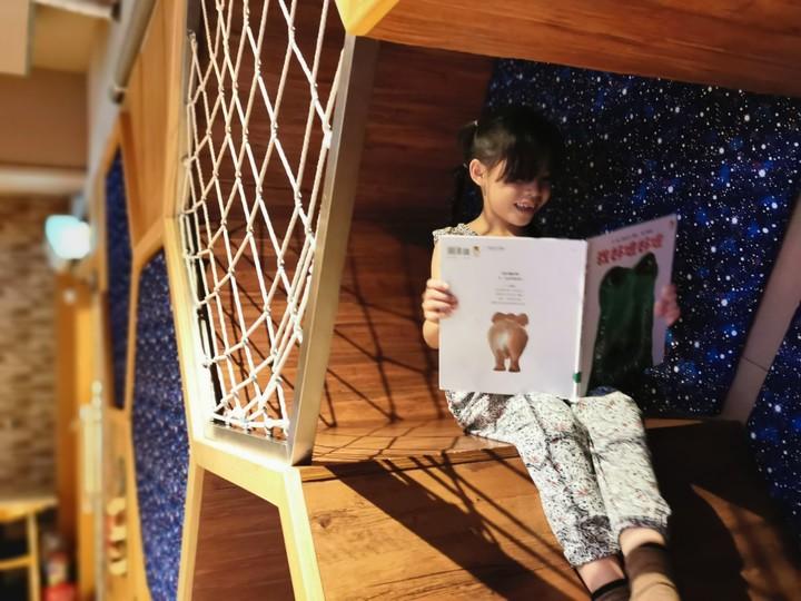 MONEYJUMP的蜂巢洞穴,小朋友躲在洞穴內看童話書,彷彿置身在童話故事裡。記者韓化宇/攝影