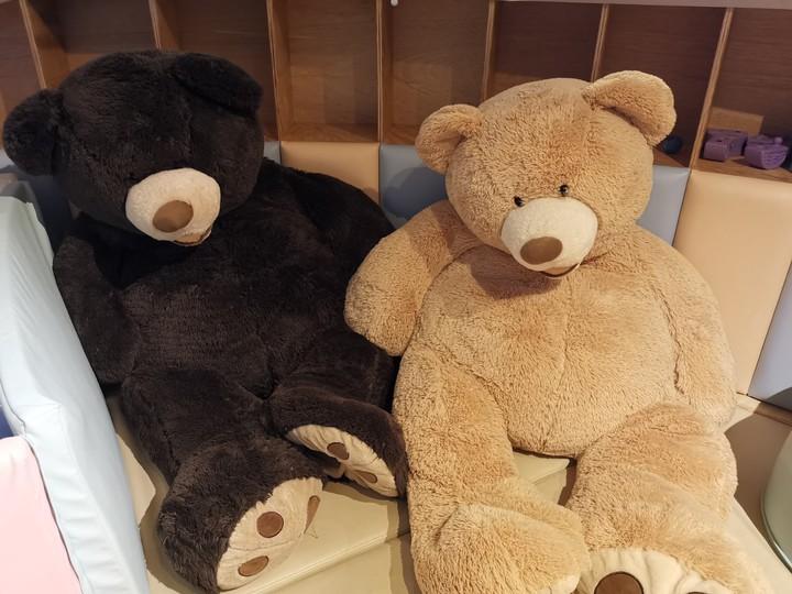餐廳內有真人大小的熊熊玩偶,絕對能讓小朋友高興到抱著不放開。記者韓化宇/攝影
