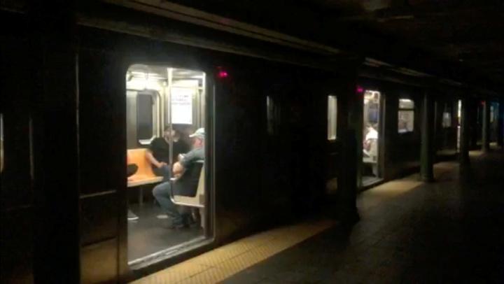 美國紐約曼哈頓市中城及上西區部分地區13日晚間發生大規模停電,電力公司聯合愛迪生(ConEdison)表示,大約有4.2萬戶受到影響,地鐵也因此停駛,交通大亂。路透