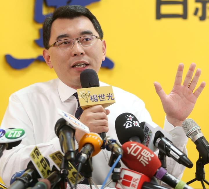 楊世光嗆黃國昌以五千份雞排對決。記者侯永全/攝影