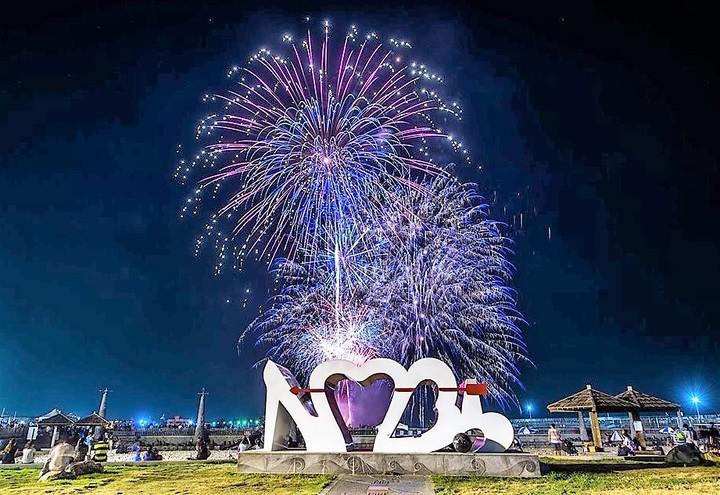 2019東石海之夏今晚在煙花艷海煙火秀下完美落幕。記者卜敏正/翻攝
