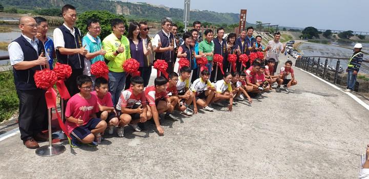 台中甲后線自行車道今天啟用,台中市副市長楊瓊櫻等人到場啟用。記者游振昇/攝影