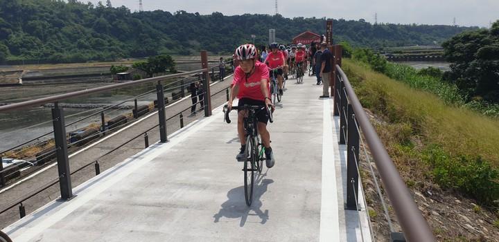 台中甲后線自行車道今天啟用,台中市副市長楊瓊櫻等人試騎。記者游振昇/攝影