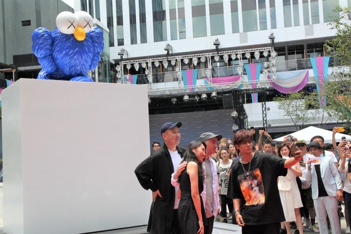 由美國知名藝術家KAWS(左三)創作,以BFF(Best Friend Forever ,永遠的好朋友)為主題的「KAWS BFF Sculpture」全新創作雕塑,上午在台中軟體園區的Dali Art藝術廣場揭幕;KAWS親臨現場。記者黃寅/攝影