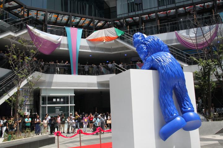 由美國知名藝術家KAWS創作,以BFF(Best Friend Forever ,永遠的好朋友)為主題的「KAWS BFF Sculpture」全新創作雕塑,上午在台中軟體園區的Dali Art藝術廣場揭幕。記者黃寅/攝影