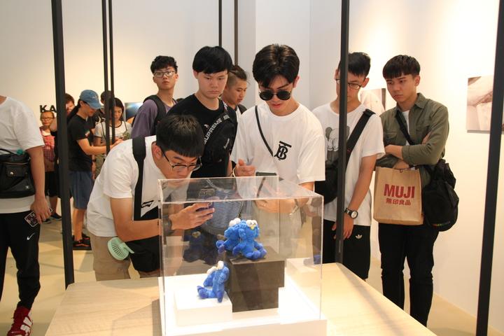 由美國知名藝術家KAWS創作,以BFF(Best Friend Forever ,永遠的好朋友)為主題的「KAWS BFF Sculpture」全新創作雕塑,上午在台中軟體園區的Dali Art藝術廣場揭幕;粉絲排隊兩天才買到獨賣的公仔。記者黃寅/攝影