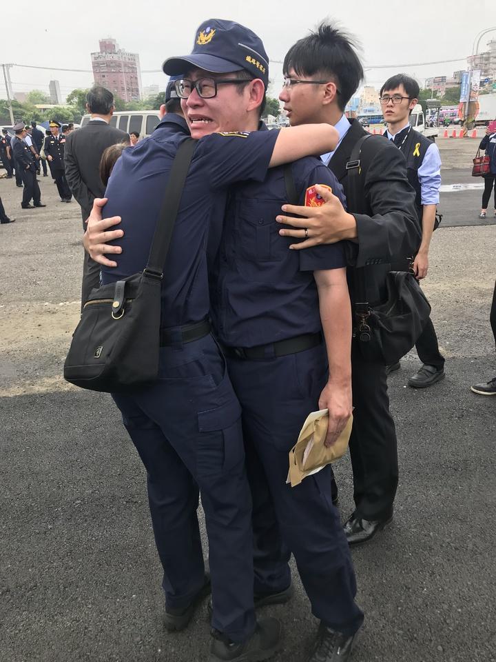 鐵警李承翰公祭,一千多名警察列隊告別,曾與李共事的警察悲痛不已。記者姜宜菁/攝影