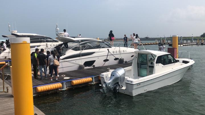 台灣公主布袋國際遊艇港上午熱鬧開幕,展示2艘英國原裝進口每艘造價4000萬元豪華遊艇。記者魯永明/攝影