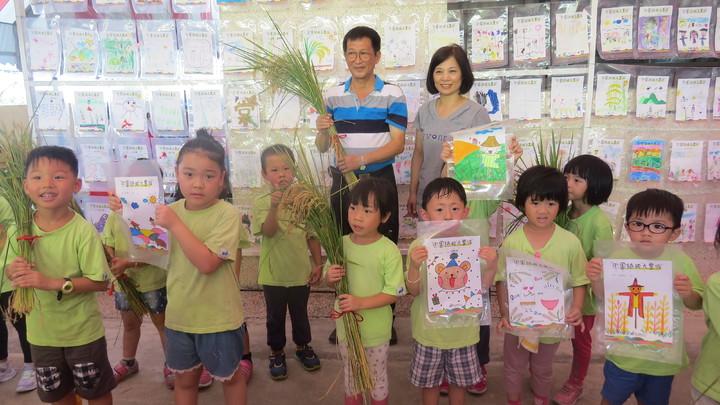 「田園插秧大豐收」活動捐贈白米,讓幼童感受年紀雖小,也有能力做公益。記者范榮達/攝影