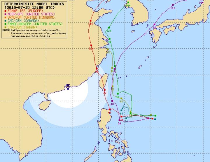 各國模式模擬準颱風未來路徑,根據歐洲中期預報中心(ECMWF)和美國GEFS系集模式最新模擬,丹娜絲有成為「穿心颱」的可能。圖擷自 typhoon2000.ph