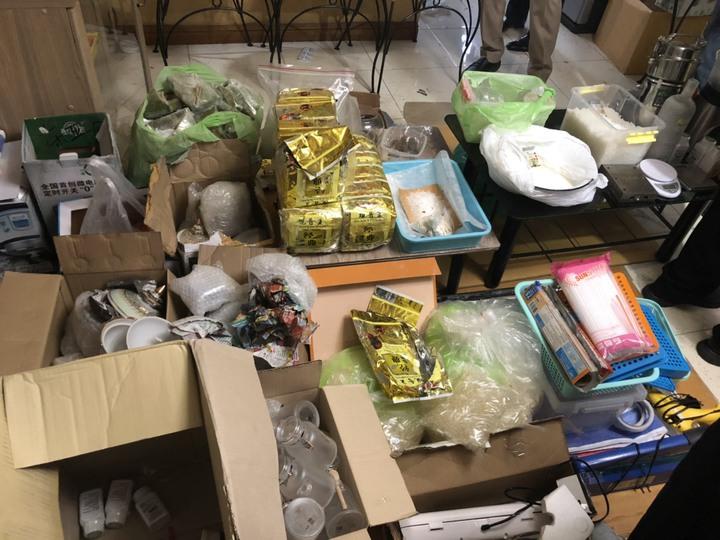 刑事局與泰國、美國執法機關合作,在泰國的民宅查獲海洛因及安毒合計95公斤,逮捕3名外籍犯嫌,估算查扣毒品市價2.5億元。記者李奕昕/翻攝