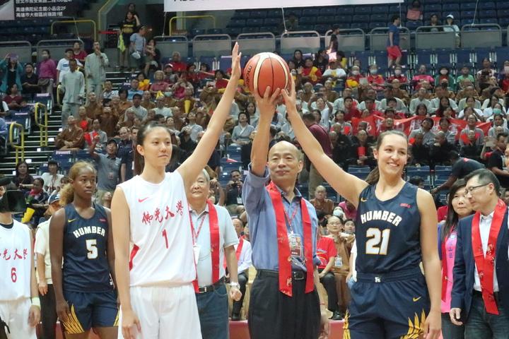 佛光盃籃球賽在高雄巨蛋開幕,高雄市長韓國瑜主持開球。記者徐如宜/攝影