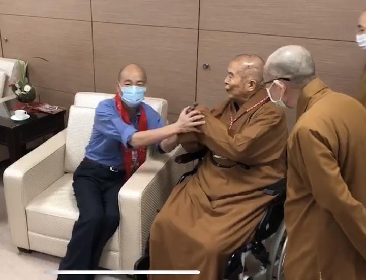 星雲大師(中)向韓國瑜(左)拱手道賀,韓連謙說「沒有、沒有」。記者徐如宜/翻攝